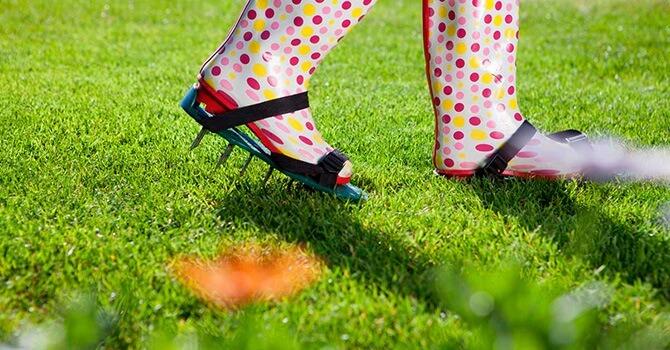 Насадки на обувь для аэрации газона