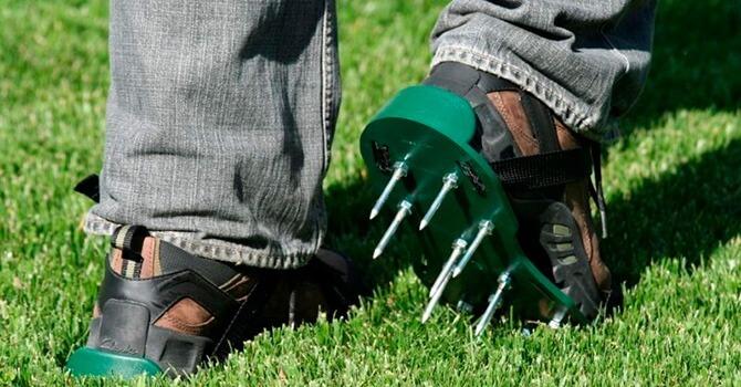 Прокалывание дерна аэраторными сандалиями