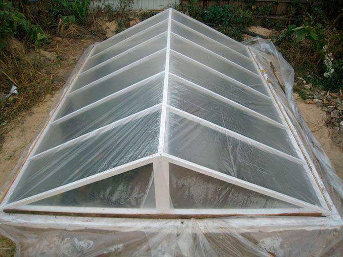 Заглубленный парник с двускатной крышей из пленки