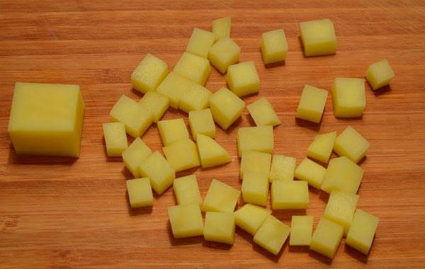 rezhem-kartofel-na-rassolnik.jpg