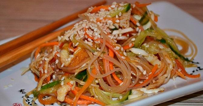 Салат с фунчозой и овощами в соевом соусе
