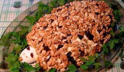Классический рецепт салата Черепаха с курицей и грецкими орехами