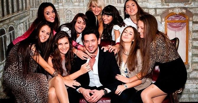 Альфа-самцы любят быть в центре внимания у женщин