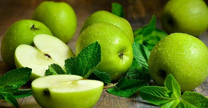 Зеленые яблоки с мятой
