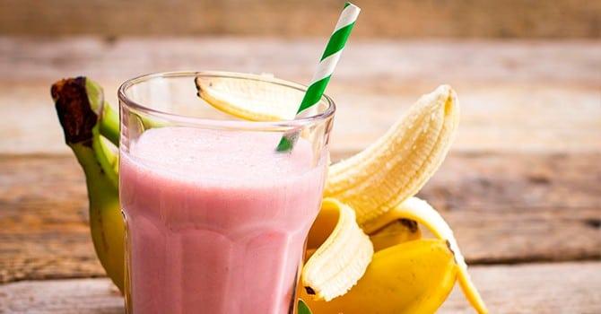 Готовим коктейль с фруктами и молоком
