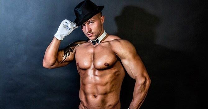 Мужчина-стриптизер в шляпе