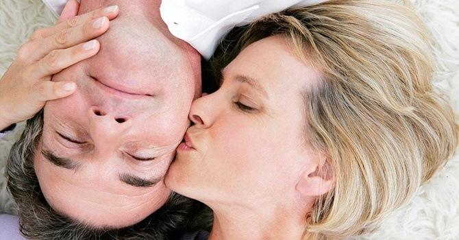 Замечательный нежный поцелуй в щеку