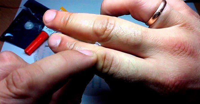 Суперклей на пальцах, это самая частая проблема