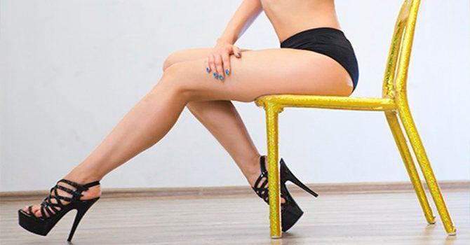 В танце, с упором на стул
