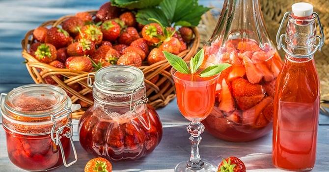 Компот из клубники и замороженных ягод
