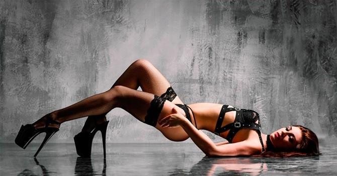 Женский образ для стриптиза в чулках