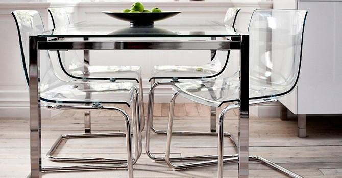 Прозрачные стулья и стол