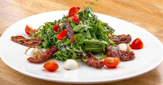 Салат с рукколой и вялеными томатами