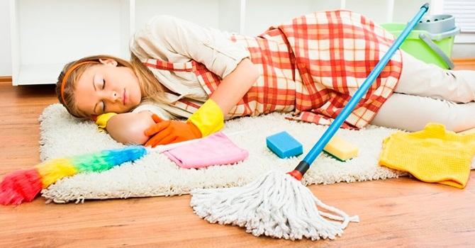 Уставшая от домашних дел женщина
