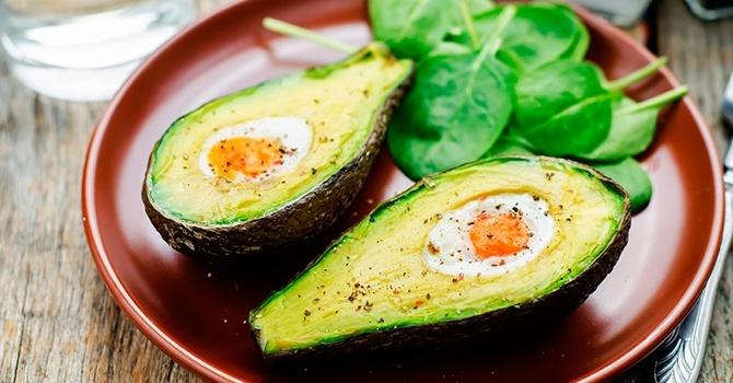 Авокадо можно запечь с яйцом