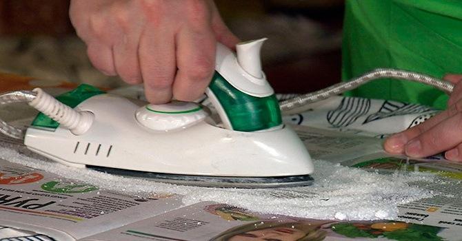 Чистка поверхности утюга солью