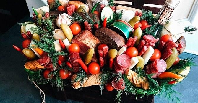 Корзина с колбасой, замечательный подарок к празднику