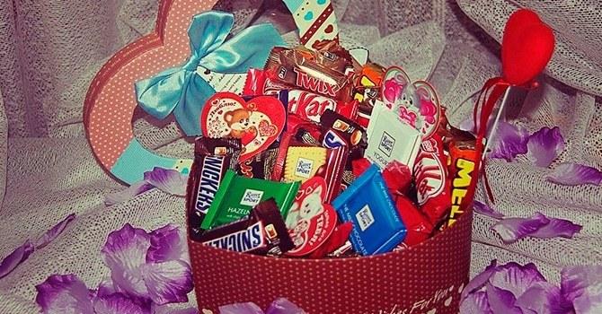 Корзина сладостей в подарок девушке