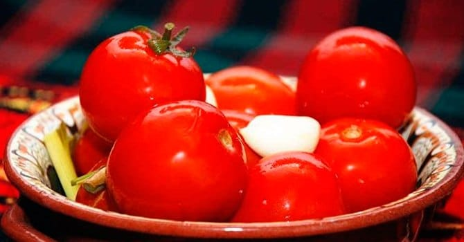 Как приготовить малосольные помидоры