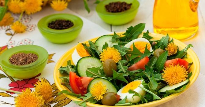Салат из молодых листьев одуванчика и овощей