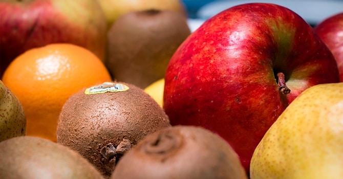 Дозревание киви с яблоками и грушами