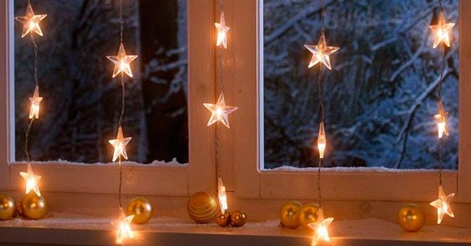 Лампочки в форме звезд в украшениях гирляндами дома