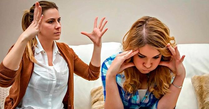 Мама и дочка-подросток пытаются общаться