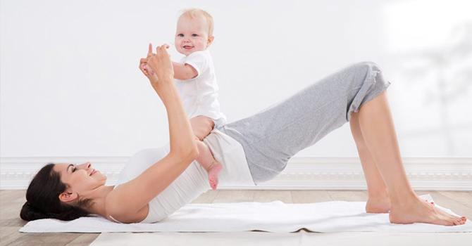 Мама и малыш выполняют упражнения вместе