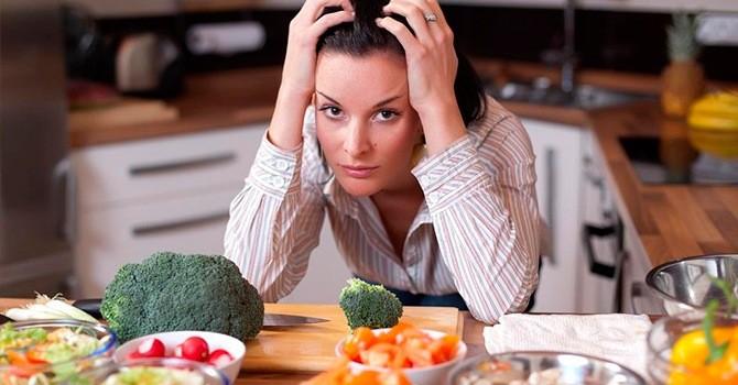 Удрученная женщина на диете