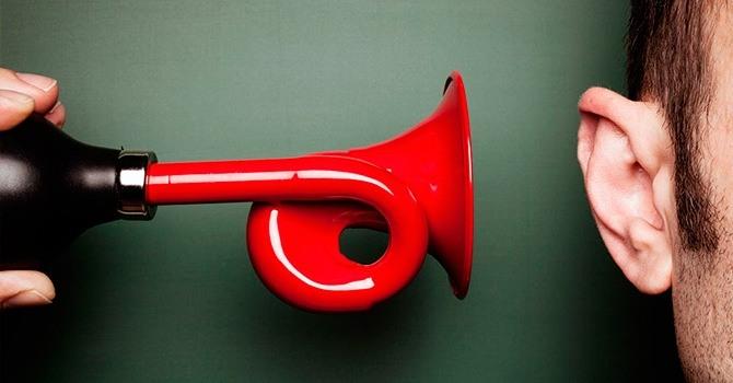 Громкие звуки могут спровоцировать раздражительность, а впоследствии невроз