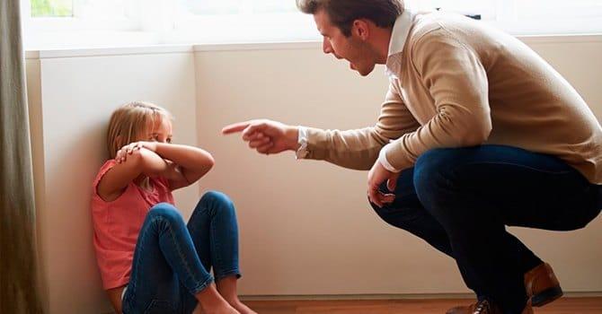 Ругань отца может стать причиной боязни людей