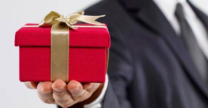 Манипулировать раздачей подарков
