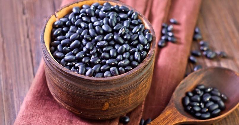 Черные зерна фасоли