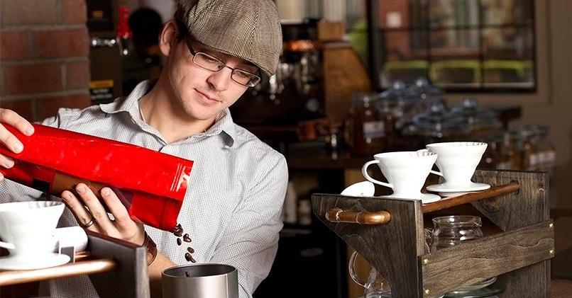 Профессионал готовит кофе