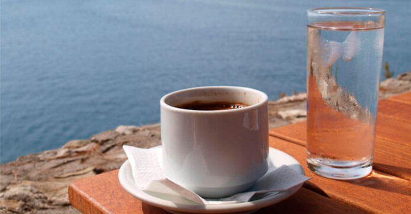Кофейная чашка со стаканом воды