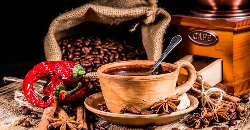 Кофейные зерна и специи для заваривания кофе