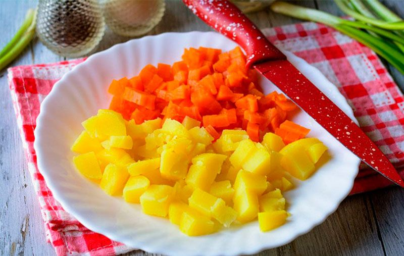 morkov-i-kartofel-narezaem-dlya-vinegreta-s-kvashenoj-kapustoj.jpg