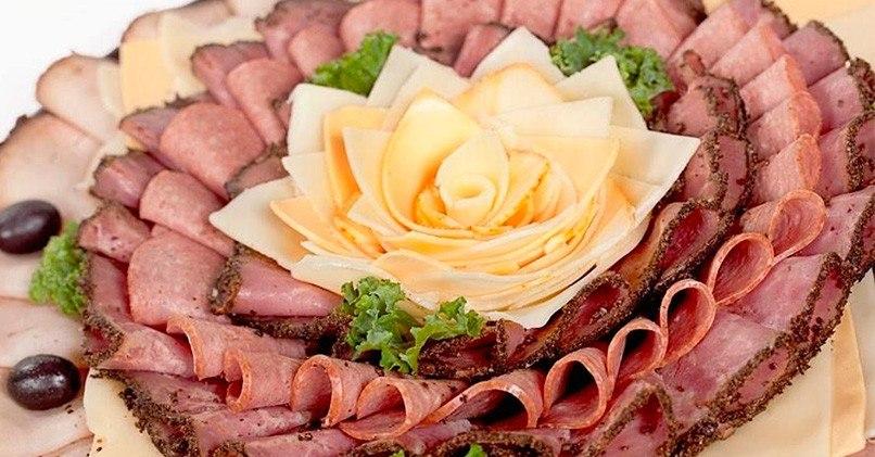Мясная тарелка с сыром и зеленью