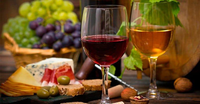 Бокалы, наполненные вином и легкая закуска