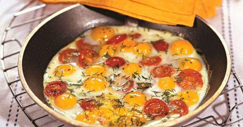 Яичница из перепелиных яиц с помидорами Черри