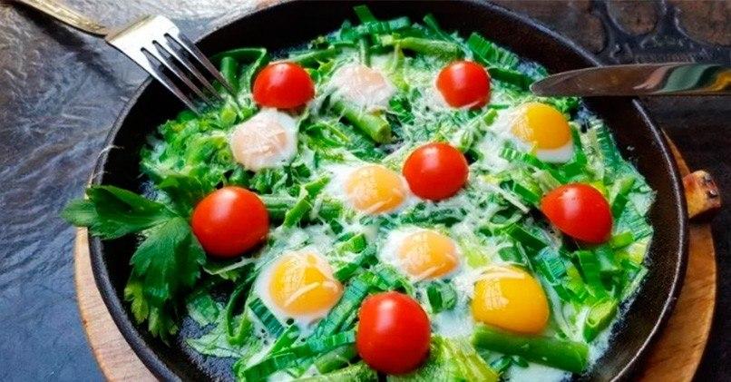 Яичница из перепелиных яиц со стручковой фасолью и зеленью