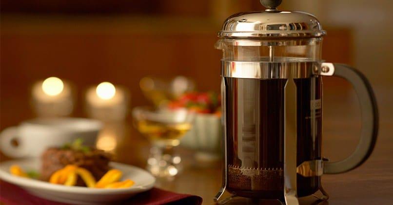 Заваривание кофе во френч-прессе