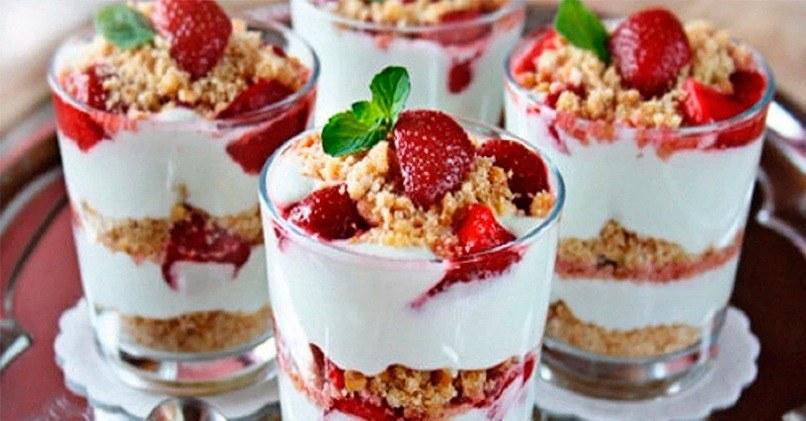 Десерт в стакане с клубникой