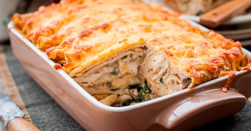 Блинная запеканка с курицей, грибами и сыром