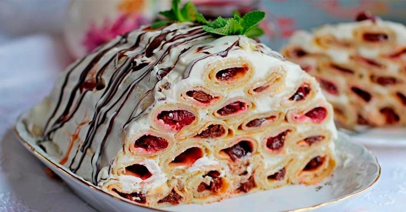 Блинный торт со сливочным кремом и вишней