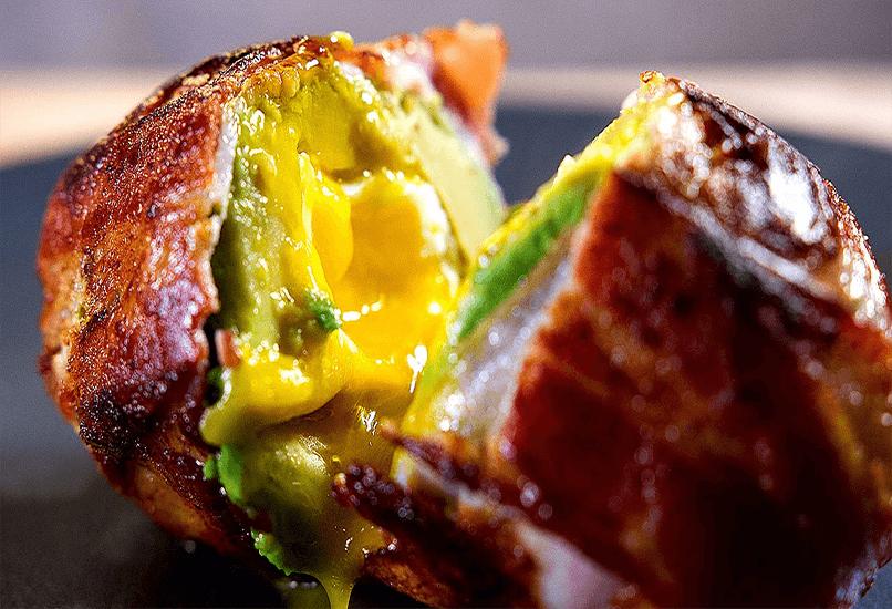 Авокадо с яйцом и беконом
