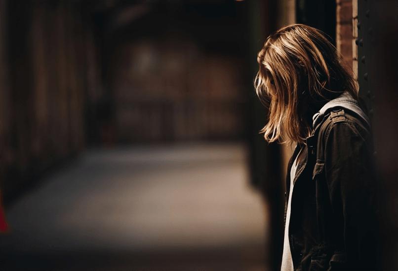 Молодая обиженная девушка одна в переходе
