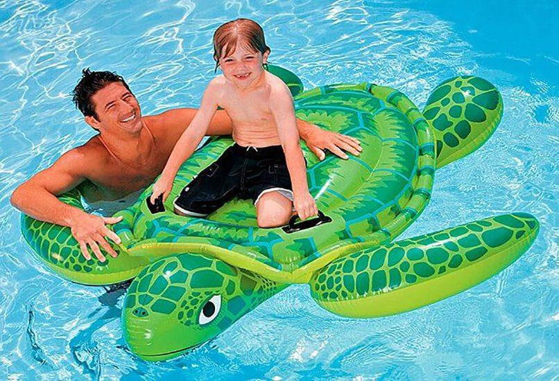 Надувная игрушка для открытых водоемов