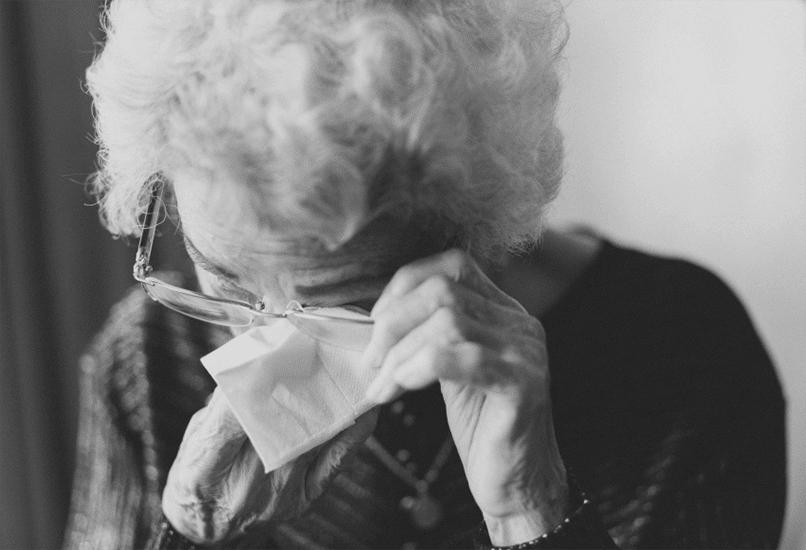 Пожилая женщина плачет
