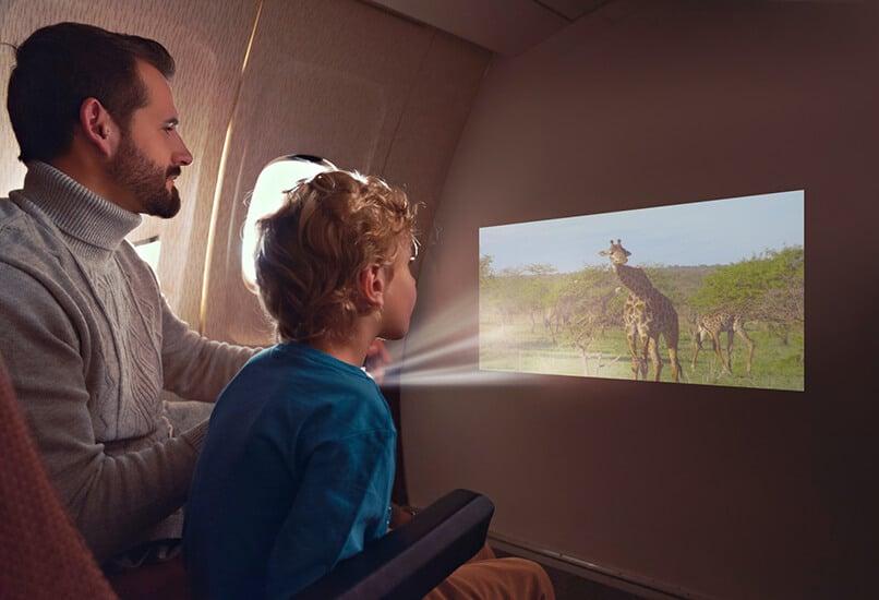 Проектор поможет превратить квартиру в кинотеатр